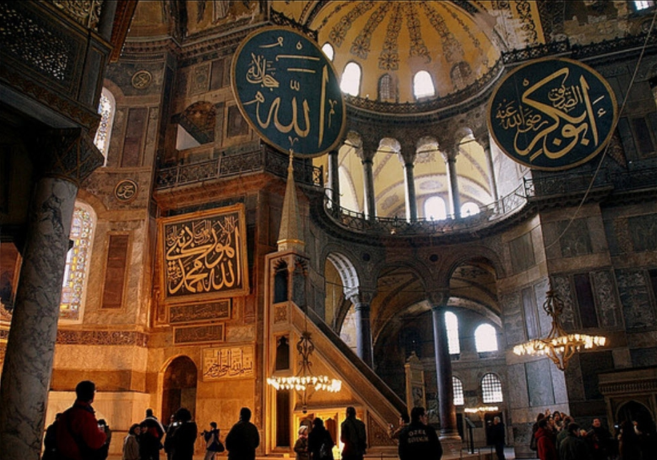 notre dame hagia sophia Hagia sophia in istanbul located in istanbul's old town on the european side of the bosphorus, hagia sophia (holy wisdom) was built in the 6th century and was the world's largest religious monument for nearly a thousand years.